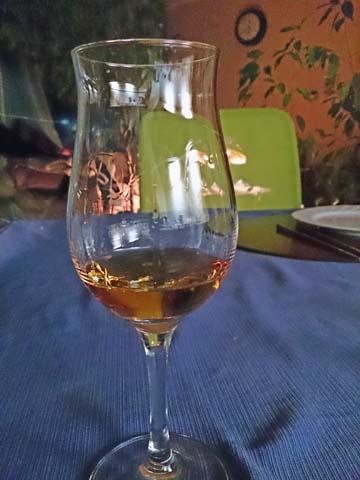 ジャマイカ産のラム アプルトン 5年 V/X(Appleton Estate V/X)はグラスからカラメルやバニラの香りが立ち昇る